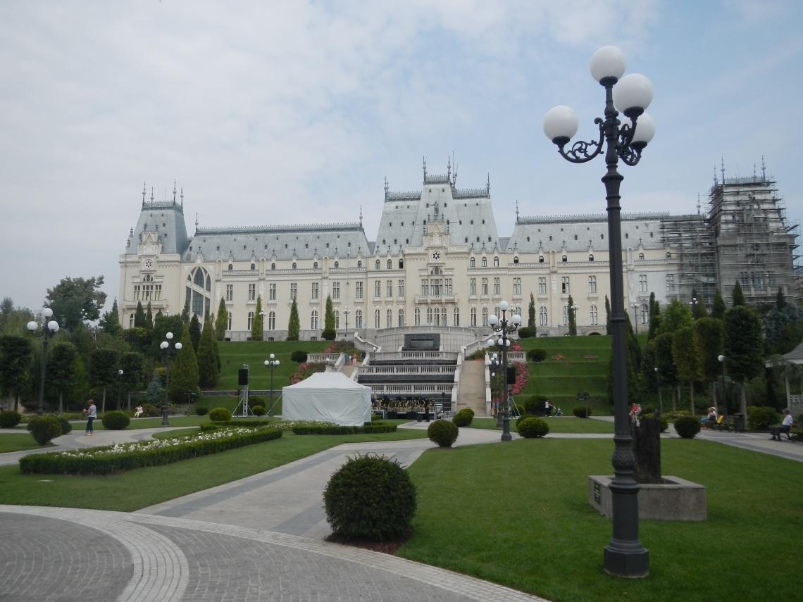 palatul ne zambea